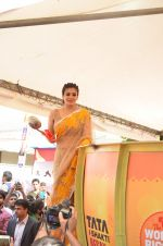 Raveena Tandon at Tata I-Shakti Besan offered the World_s Biggest Besan Ladoo to Andhericha Raja on 22nd Sept 2015 (17)_560261d897ee9.JPG