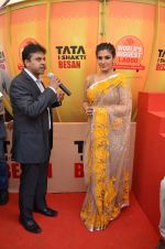 Raveena Tandon at Tata I-Shakti Besan offered the World_s Biggest Besan Ladoo to Andhericha Raja on 22nd Sept 2015 (4)_560261c405d12.JPG