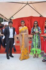 Raveena Tandon at Tata I-Shakti Besan offered the World_s Biggest Besan Ladoo to Andhericha Raja on 22nd Sept 2015 (5)_560261c5a01f8.JPG