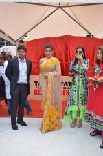 Raveena Tandon at Tata I-Shakti Besan offered the World_s Biggest Besan Ladoo to Andhericha Raja on 22nd Sept 2015 (6)_560261c778e69.JPG