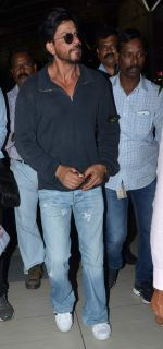 Shahrukh Khan snapped at Airport in Mumbai on 24th Sept 2015 (2)_56052e513491a.JPG