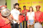 Alia bhatt and Shahid kapoor at radio mirchi studio to promote Shaandaar film on 25th Sept 2015 (11)_56068b502a00c.JPG