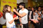 Alia bhatt and Shahid kapoor at radio mirchi studio to promote Shaandaar film on 25th Sept 2015 (13)_56068b5268bcb.JPG
