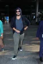 Arjun Kapoor snapped as he returns from NY on 29th Sept 2015 (2)_560b8cfb9b59a.JPG