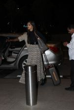Sonam Kapoor snapped at international airport on 1st Oct 2015 (6)_560e66541c159.JPG