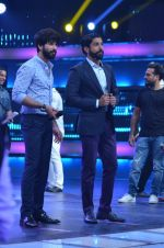 Shahid Kapoor and Alia Bhatt on the sets of Farhan_s new show I can do that on Zee in Naigaon on 1st Oct 2015 (10)_560e962131511.JPG