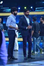 Shahid Kapoor and Alia Bhatt on the sets of Farhan_s new show I can do that on Zee in Naigaon on 1st Oct 2015 (14)_560e96255bc23.JPG
