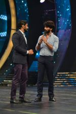 Shahid Kapoor and Alia Bhatt on the sets of Farhan_s new show I can do that on Zee in Naigaon on 1st Oct 2015 (31)_560e96299a160.JPG