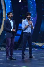 Shahid Kapoor and Alia Bhatt on the sets of Farhan_s new show I can do that on Zee in Naigaon on 1st Oct 2015 (37)_560e962ce7a62.JPG