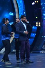 Shahid Kapoor and Alia Bhatt on the sets of Farhan_s new show I can do that on Zee in Naigaon on 1st Oct 2015 (39)_560e962eb79ac.JPG