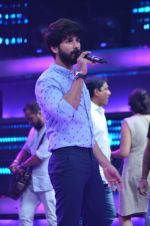 Shahid Kapoor and Alia Bhatt on the sets of Farhan_s new show I can do that on Zee in Naigaon on 1st Oct 2015 (5)_560e966ae7079.JPG