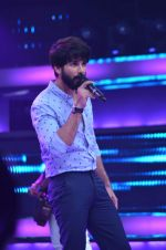 Shahid Kapoor and Alia Bhatt on the sets of Farhan_s new show I can do that on Zee in Naigaon on 1st Oct 2015 (6)_560e966d31d1a.JPG