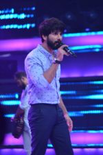 Shahid Kapoor and Alia Bhatt on the sets of Farhan_s new show I can do that on Zee in Naigaon on 1st Oct 2015 (7)_560e966ebc42b.JPG