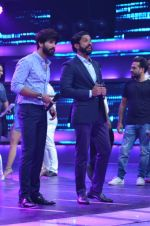 Shahid Kapoor and Alia Bhatt on the sets of Farhan_s new show I can do that on Zee in Naigaon on 1st Oct 2015 (8)_560e961ed2fb2.JPG