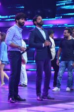 Shahid Kapoor and Alia Bhatt on the sets of Farhan_s new show I can do that on Zee in Naigaon on 1st Oct 2015 (9)_560e9670ec12b.JPG