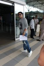 Kapil sharma snapped at airport on 3rd Oct 2015 (4)_56109b90eaf28.JPG