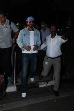 Shahrukh Khan comes to Mumbai from Hyderabad for Gauri Khan_s bday on 7th Oct 2015 (7)_5616204ec94a8.JPG