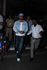 Shahrukh Khan comes to Mumbai from Hyderabad for Gauri Khan_s bday on 7th Oct 2015 (8)_5616204fc8f3c.JPG