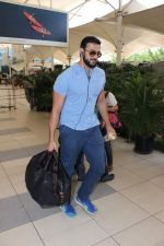Arunoday Singh snapped at the airport on 9th Oct 2015 (20)_5619220063bc4.JPG