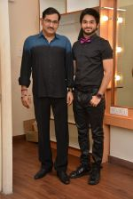 Sudesh Bhosale with son Siddhant at Amitabh aur Main tribute concert_561a1b4e97d5c.jpg