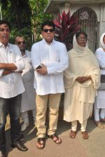 Gajendra Chauhan at Ravindra Jain funeral on 10th Oct 2015 (32)_561b5087724d4.JPG