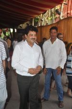 Udit Narayan at Ravindra Jain funeral on 10th Oct 2015 (19)_561b50e2a5cf1.JPG