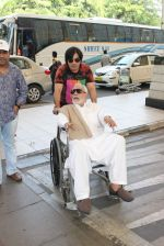 Kader Khan snapped at airport on 14th Oct 2015 (10)_561fc15b91ebf.JPG