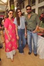 Mana Shetty, Athiya Shetty, Sunil Shetty at Araish in Blue Sea on 14th Oct 2015 (58)_561f9f0f90226.JPG