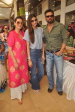 Mana Shetty, Athiya Shetty, Sunil Shetty at Araish in Blue Sea on 14th Oct 2015 (60)_561f9f114df8c.JPG