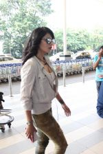 Shruti Haasan snapped at airport on 14th Oct 2015 (17)_561fc181776fe.JPG