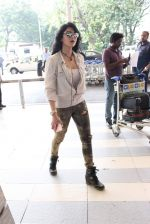 Shruti Haasan snapped at airport on 14th Oct 2015 (27)_561fc17a45775.JPG