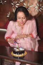 Hema Malini celebrates bday with media on 15th Oct 2015 (25)_5620f9b91110e.JPG