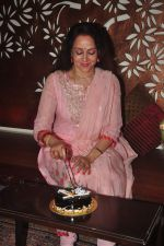 Hema Malini celebrates bday with media on 15th Oct 2015 (26)_5620f9ba484ab.JPG