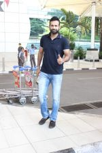 Irfan Pathan snapped at airport on 17th Oct 2015 (21)_5623bdae4fe3f.JPG