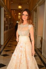 Suzanne Khan at abu jani charity show on 16th Oct 2015 (248)_56236559c872a.JPG