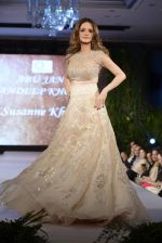 Suzanne Khan at abu jani charity show on 16th Oct 2015 (256)_562365d1615a7.JPG