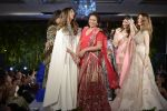 Suzanne Khan at abu jani charity show on 16th Oct 2015 (264)_562366391a75f.JPG