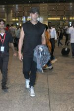 Akshay Kumar snapped at airport on 18th Oct 2015
