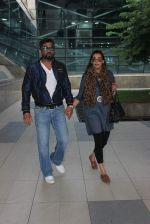 Sunil Shetty, Mana Shetty snapped at airport on 18th Oct 2015 (60)_56248f20af4dc.JPG