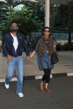 Sunil Shetty, Mana Shetty snapped at airport on 18th Oct 2015 (59)_56248f1ab124b.JPG