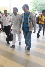 Vivek Oberoi snapped at airport on 18th Oct 2015 (15)_56248f3e95382.JPG