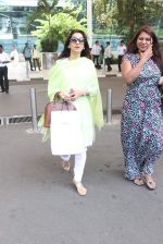 Juhi Chawla snapped at airport on 19th Oct 2015 (25)_5625f312601ce.JPG