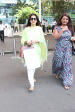 Juhi Chawla snapped at airport on 19th Oct 2015 (26)_5625f327d276d.JPG