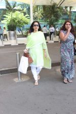 Juhi Chawla snapped at airport on 19th Oct 2015 (23)_5625f2f12568f.JPG