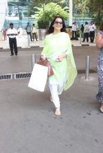 Juhi Chawla snapped at airport on 19th Oct 2015 (24)_5625f2ffee79c.JPG