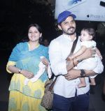 Sreesanth snapped with kid and wife as he comes to Mumbai to shoot for Mahesh Bhatt on 20th Oct 2015 (1)_562744037148f.JPG
