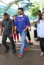 Abhishek Bachchan snapped at airport on 21st Oct 2015 (24)_56288e579c415.JPG