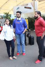 Abhishek Bachchan snapped at airport on 21st Oct 2015 (27)_56288e7f3a019.JPG