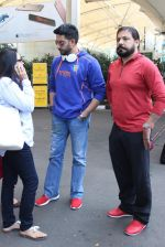 Abhishek Bachchan snapped at airport on 21st Oct 2015 (30)_56288eb3f1fd7.JPG