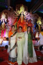Kajol, Tanuja, Tanisha Mukherjee at North Bombay Sarbojanin Durga Puja 2015 on 22nd Oct 2015 (29)_5629c04c60a15.JPG